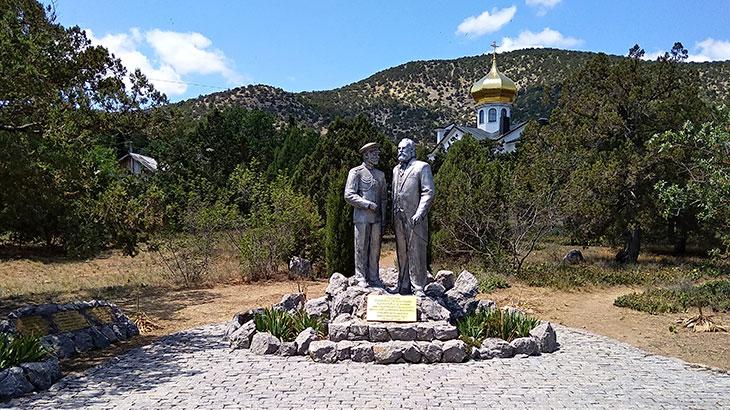 Памятник Царю Николаю II и Льву Голицыну